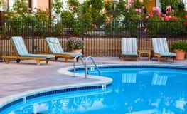 Gut landschaftlich verschönerter Poolbereich Stockfotografie