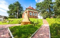 Gut mit orthodoxem Kreuz auf dem Gebiet von Peryn Skete Stockfoto
