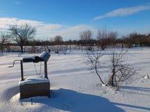 Gut mit Wasser am Winter im Garten Stockfotografie