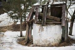 Gut verlassen schädigende Beschichtung inmitten des unbewohnten Hauses des Gerichtes Lizenzfreie Stockfotografie