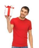 gutaussehender Mann mit einem Geschenk lizenzfreie stockfotografie