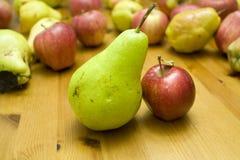 Gute Abgleichung! kleiner Apfel der großen Birne stockfotografie