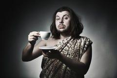 Gute Erziehung Süßes Hörnchen und ein Tasse Kaffee im Hintergrund Lizenzfreies Stockfoto