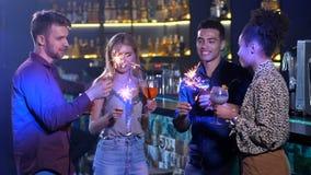 Gute Freunde, die den Feiertag des neuen Jahres an der Stange feiern stock video