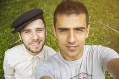 Gute Freunde, die ein Selbstporträt nehmen stockbild