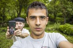 Gute Freunde, die ein Selbstporträt nehmen lizenzfreie stockfotografie