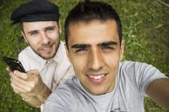 Gute Freunde, die ein Selbstporträt nehmen stockfotografie