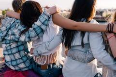 Gute Freundschaft Glücklicher Zeitvertreib draußen lizenzfreies stockfoto