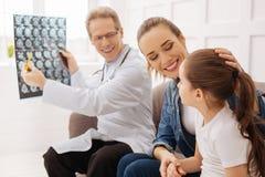 Gute Nachrichten der reizend jungen Anhörung der Familie glücklichen Lizenzfreie Stockbilder