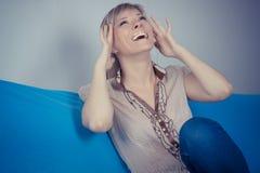 Gute Nachrichten Glückliche hübsche Frau, die oben heraus schauen und Arme Lizenzfreie Stockbilder