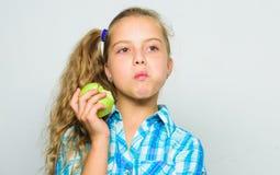 Gute Nahrung ist zur guten Gesundheit wesentlich Kindermädchen essen grüne Apfelfrucht Vitaminnahrungskonzept Gründe essen Apfel stockbild
