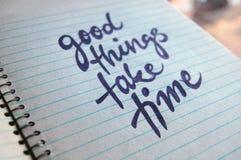Gute Sachen nehmen Zeit kalligraphischen Hintergrund Stockbild