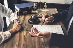 Gute Service-Zusammenarbeit, Beratung der Geschäftsfrau und Mann lizenzfreie stockfotografie