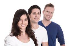 Gute Teamarbeit - glückliche Auszubildende in Folge lokalisiert auf weißem backg Lizenzfreie Stockfotos