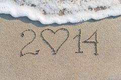 Guten Rutsch ins Neue Jahr 2014 auf dem Seesandigen Strand mit Herzen Stockbild