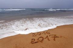 Guten Rutsch ins Neue Jahr 2017 auf dem Strand Lizenzfreie Stockbilder