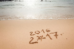 Guten Rutsch ins Neue Jahr 2017 auf dem Strand Stockbilder