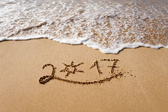 Guten Rutsch ins Neue Jahr 2017 auf dem Strand Lizenzfreie Stockfotografie