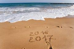 Guten Rutsch ins Neue Jahr 2017 auf dem Strand Lizenzfreie Stockfotos