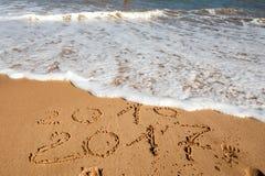 Guten Rutsch ins Neue Jahr 2017 auf dem Strand Stockfoto