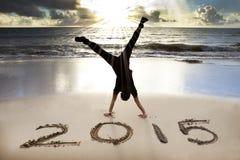 Guten Rutsch ins Neue Jahr 2015 auf dem Strand mit Sonnenaufgang Stockbilder