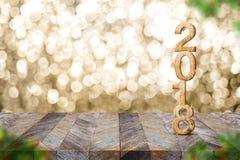 Guten Rutsch ins Neue Jahr 2018 auf hölzernem Tabellen- und Unschärfe Weihnachtsbaum foregr stockfoto