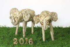 Guten Rutsch ins Neue Jahr 2016 auf Konzept des grünen Grases Stockbild