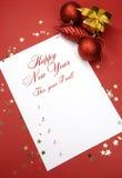 Guten Rutsch ins Neue Jahr-Beschlüsse, die auf Notizblockpapier schreiben Stockfotografie