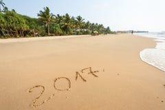 Guten Rutsch ins Neue Jahr 2017, beschriftend auf dem Strand Lizenzfreies Stockfoto