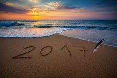 Guten Rutsch ins Neue Jahr 2017, beschriftend auf dem Strand Stockbild