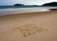 Guten Rutsch ins Neue Jahr-Beschriftung auf dem Strand Lizenzfreie Stockfotografie