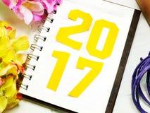 Guten Rutsch ins Neue Jahr-Beschriftung mit dem Geschenk auf hölzernem Hintergrund Lizenzfreie Stockfotos