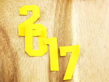 Guten Rutsch ins Neue Jahr-Beschriftung mit dem Geschenk auf hölzernem Hintergrund Stockbild