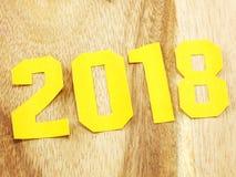 Guten Rutsch ins Neue Jahr-Beschriftung mit dem Geschenk auf hölzernem Hintergrund Lizenzfreie Stockbilder