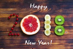 Guten Rutsch ins Neue Jahr 2018 der Frucht und der Beeren auf hölzernem Hintergrund Lizenzfreies Stockfoto