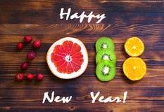 Guten Rutsch ins Neue Jahr 2018 der Frucht und der Beeren auf hölzernem Hintergrund Stockbild