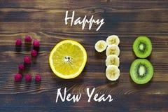 Guten Rutsch ins Neue Jahr 2018 der Frucht und der Beeren auf hölzernem Hintergrund Stockfotografie