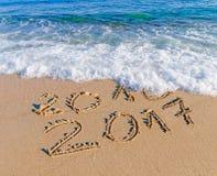 Guten Rutsch ins Neue Jahr 2017 ersetzen Konzept 2016 auf dem Seestrand Stockbild