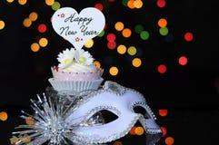Guten Rutsch ins Neue Jahr-Eve-Partei mit kleinem Kuchen und Partei maskieren Maske Lizenzfreies Stockfoto