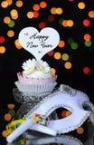 Guten Rutsch ins Neue Jahr-Eve-Partei mit kleinem Kuchen und Partei maskieren Maske Lizenzfreie Stockfotos