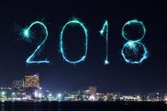 2018-guten Rutsch ins Neue Jahr-Feuerwerk mit Pattaya-Stadtbild nachts, Th Stockfotos