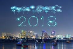 2018-guten Rutsch ins Neue Jahr-Feuerwerk mit Pattaya-Stadtbild nachts, Th Stockbilder