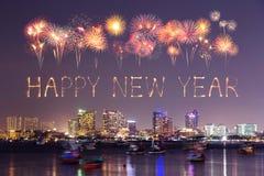 Guten Rutsch ins Neue Jahr-Feuerwerk mit Pattaya-Stadtbild nachts, Thailan lizenzfreie stockfotos