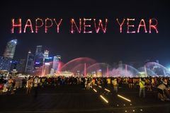 Guten Rutsch ins Neue Jahr-Feuerwerk Schein mit Touristen am Jachthafenbuchtsand Stockfoto