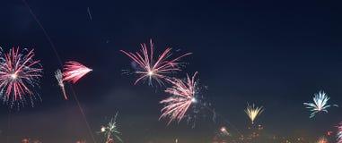 guten Rutsch ins Neue Jahr-Feuerwerke über den Dächern von Wien in Österreich lizenzfreie stockfotos