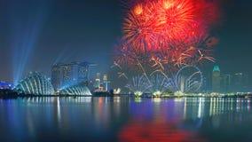 Guten Rutsch ins Neue Jahr-Feuerwerke in der Jachthafenbucht, Singapur lizenzfreie stockfotografie