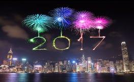 2017 guten Rutsch ins Neue Jahr-Feuerwerke, die über Hong Kong-Stadt feiern Lizenzfreies Stockbild