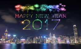 2017 guten Rutsch ins Neue Jahr-Feuerwerke, die über Hong Kong-Stadt feiern Lizenzfreie Stockfotos