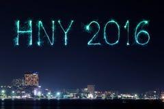 2016 guten Rutsch ins Neue Jahr-Feuerwerke, die über Pattaya-Strand an feiern Stockbilder