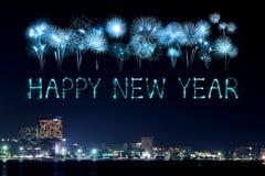 Guten Rutsch ins Neue Jahr-Feuerwerke, die über Pattaya-Strand feiern Lizenzfreie Stockfotos